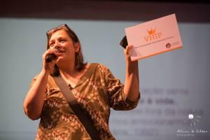 Ana Cristina Duarte, obstetriz e idealizadora do SIAPARTO, entregando o título de VHIP - Very Humanized and Important Person a Jorge Kuhn, no encerramento do evento. As ativistas estão todas nesta categoria!